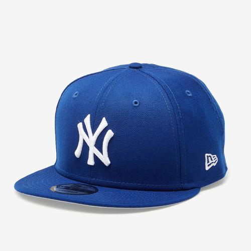 Front Right View of New Era Yankees 9Fifty Snapback Metal Badge
